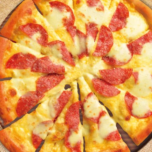 熟成サラミとモッツァレラのピザ